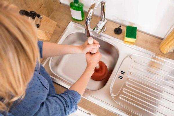 Comment déboucher un évier bouché?